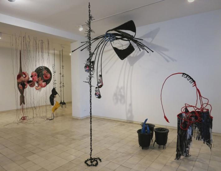 טל-שושן-בוץ-בעיניים-2015-תערוכת-יחיד-בגלריה-שלוש-תל-אביב-מראה-הצבה-1